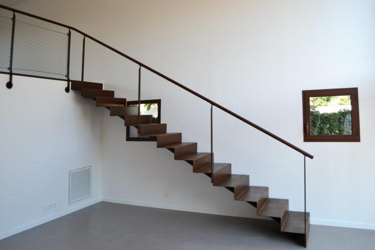 Escalier droit en tôle pliée 4mm. Atelier de Pierrot.